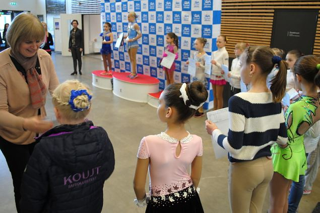 Award ceremony Cubs girls- rewards Ms.Kadi Zvirik Head Judge of Tallinn Icestar Cup 2016