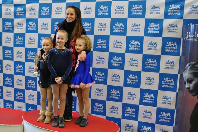 Elena Glebova with shes happy students, Eva USHKOVA won first prize Chicks girls 2009