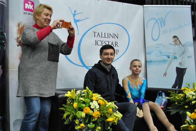 Anna KONDRACKAYA from Russia with her coach and happy mother...